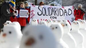 Protesta con muñecos de nieve. Foto: Jean-Christophe Bott/AP