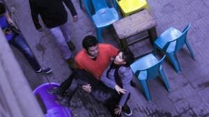 En el video se muestra el esposo de la activita que la toma en sus brazos para buscar ayuda.