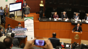 En plena audiencia, César Duarte fue increpado por el senador Javier Corral. Foto: Saúl López/Cuartoscuro