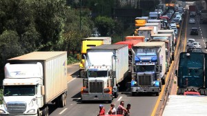 Autotransportistas en la carretera México-Querétaro. Foto: Luis Carbayo/Cuartoscuro