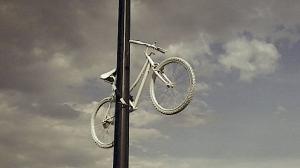 Hace 5 años se colocó la primera #BiciBlanca para conmemorar la muerte de cada ciclista atropellado en la capital. Foto: @SectorMovilidad