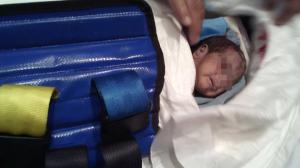 El bebé fue hallado entre los escombros. Foto/Especial