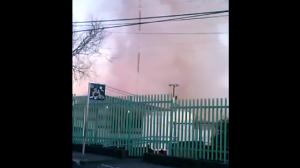 El usuario graba desde el momento en que llegan los bomberos a atender una fuga en la manguera de la pipa. Foto/Especial