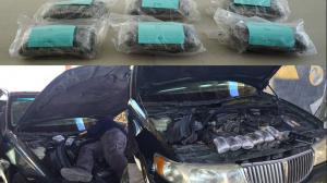 Los paquetes fueron encontrados en un compartimento especial entre el parabrisas y el motor.