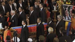 El presidente Enrique Peña Nieto junto con otros mandatarios en la guardia del féretro del presidente venezolano. Foto: Presidencia/Cuartoscuro