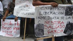 Simpatizantes de Nestora Salgado, activista contra la trata de personas con fines de explotación sexual. Foto: Twitter